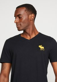 Abercrombie & Fitch - ICON VEE NEUTRAL - T-shirt basic - black - 4