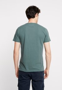 Abercrombie & Fitch - EXPL ICON CREW FRINGE  - Basic T-shirt - green - 2