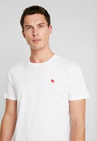 Abercrombie & Fitch - POP ICON CREW  - Basic T-shirt - white