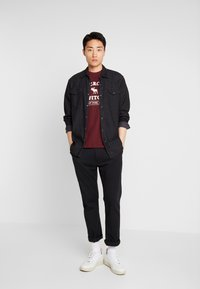 Abercrombie & Fitch - ELEVATED TECH  - Printtipaita - burg - 1
