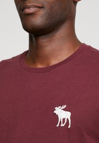 Abercrombie & Fitch - EXPLODED ICON CREW 3 PACK - T-paita - white/green/burgundy - 5