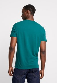 Abercrombie & Fitch - EXPLODED ICON CREW 3 PACK - T-shirt - bas - white/green/burgundy - 3