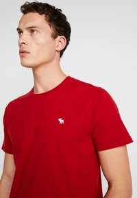 Abercrombie & Fitch - CREW 3 PACK - Basic T-shirt - red/grey/green - 5