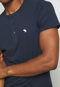 Abercrombie & Fitch - ICON - Basic T-shirt - navy - 5