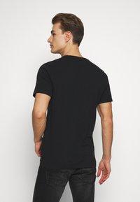 Abercrombie & Fitch - SEASONAL CREW  3 PACK - Camiseta básica - navy/blue/pink - 2