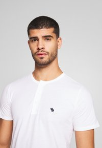 Abercrombie & Fitch - MULTIPACK - Basic T-shirt - navy/grey/white - 6