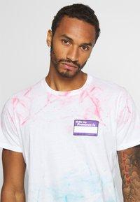 Abercrombie & Fitch - CROPABLE GRAPHIC PRIDE TEE UNISEX - T-shirt z nadrukiem - white wash - 3