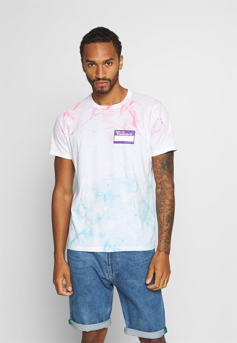 Abercrombie & Fitch - CROPABLE GRAPHIC PRIDE TEE UNISEX - T-shirt z nadrukiem - white wash