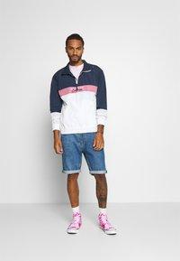 Abercrombie & Fitch - CROPABLE GRAPHIC PRIDE TEE UNISEX - T-shirt z nadrukiem - white wash - 1