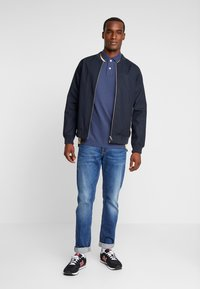Abercrombie & Fitch - MODERN - Piké - navy/yellow - 1