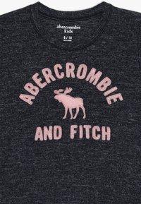 Abercrombie & Fitch - COZY LOGO TEE  - Triko spotiskem - navy - 3