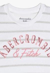 Abercrombie & Fitch - TECH CORE - Triko spotiskem - grey/white - 4