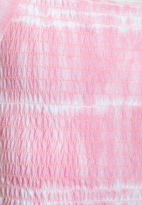 Abercrombie & Fitch - SMOCKED - Print T-shirt - pink - 2