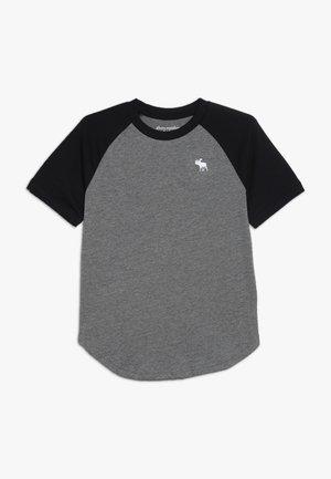 BASIC RAGLAN CREW - T-shirt z nadrukiem - grey/black