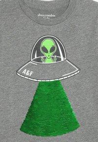 Abercrombie & Fitch - FLIP SEQUINS - Print T-shirt - grey melange - 3