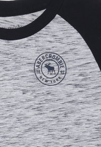 Abercrombie & Fitch - FOOTBALL TEE - Long sleeved top - white/blue - 3