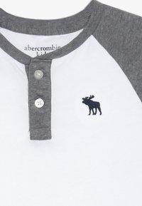 Abercrombie & Fitch - RAGLAN HENLEY  - Top sdlouhým rukávem - white/grey - 3