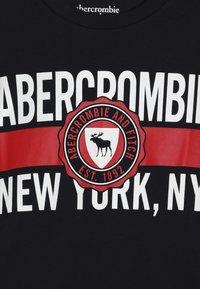 Abercrombie & Fitch - VARSITY PRINT LOGO - T-shirt imprimé - navy - 3
