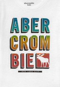 Abercrombie & Fitch - TRIPPY LOGO - Print T-shirt - white - 3