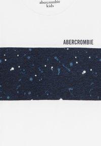 Abercrombie & Fitch - BASIC NOVELTY  - T-shirt imprimé - white - 3