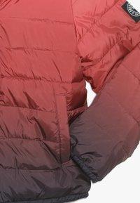 Abercrombie & Fitch - COZY PUFFER OMBRE  - Zimní bunda - red ombre - 2