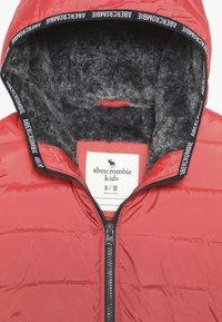 Abercrombie & Fitch - COZY PUFFER OMBRE  - Zimní bunda - red ombre - 4