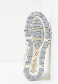 ASICS SportStyle - GEL-KAYANO 5 360 - Sneakersy niskie - white/cream - 8