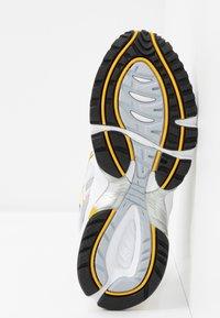 ASICS SportStyle - GEL 1090 - Baskets basses - white/saffron - 8