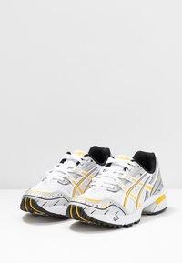ASICS SportStyle - GEL 1090 - Baskets basses - white/saffron - 6