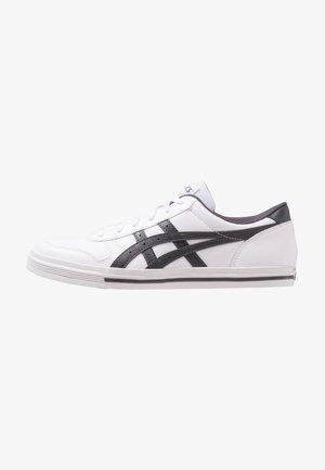 AARON - Zapatillas - white/dark grey