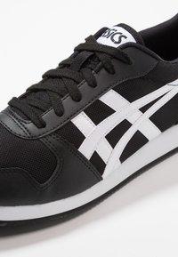 ASICS SportStyle - CURREO II - Sneakers basse - black/white - 5