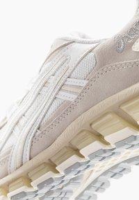 ASICS SportStyle - GEL-KAYANO 5 360 - Matalavartiset tennarit - white/cream - 5