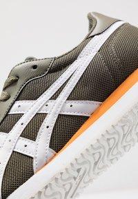 ASICS SportStyle - TIGER RUNNER - Sneakersy niskie - mantle green/white - 5