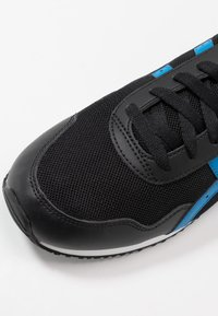 ASICS SportStyle - TIGER RUNNER - Sneaker low - black/electric blue - 5