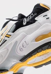 ASICS SportStyle - GEL-KAYANO 5 OG - Sneakersy niskie - white/saffron - 5
