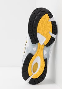 ASICS SportStyle - GEL-KAYANO 5 OG - Sneakersy niskie - white/saffron - 4
