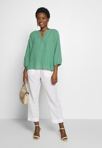 And Less - ALMARLEA PANTS - Kalhoty - brilliant white - 1