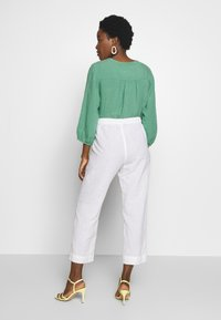 And Less - ALMARLEA PANTS - Kalhoty - brilliant white - 2
