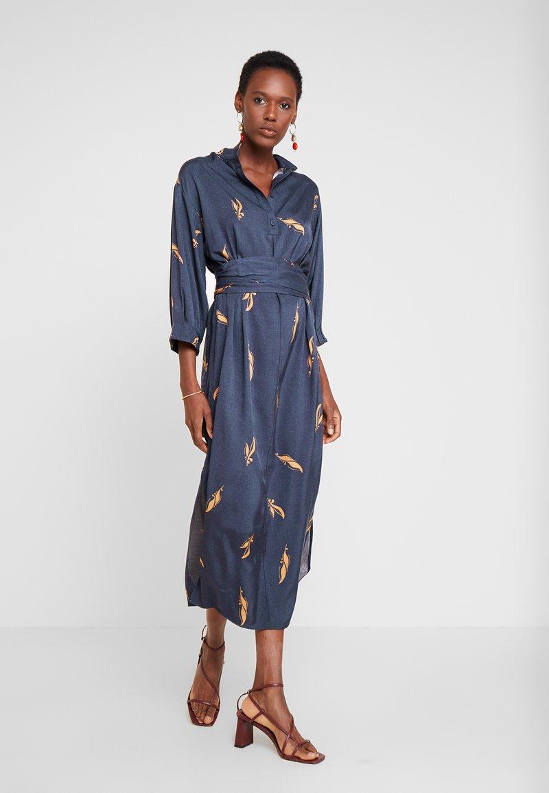And Less - ALBERTINO DRESS - Košilové šaty - navy