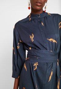 And Less - ALBERTINO DRESS - Košilové šaty - navy - 6
