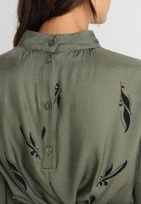 And Less - ALBERTINO DRESS - Skjortekjole - dusty olive - 5