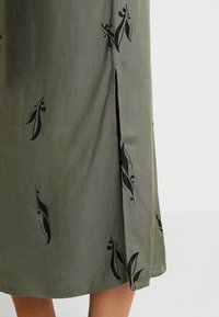 And Less - ALBERTINO DRESS - Skjortekjole - dusty olive - 6