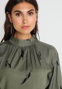 And Less - ALBERTINO DRESS - Skjortekjole - dusty olive - 4