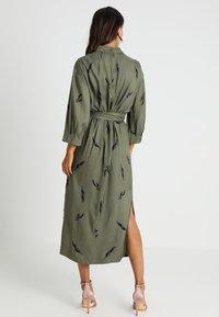 And Less - ALBERTINO DRESS - Skjortekjole - dusty olive - 3