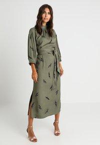 And Less - ALBERTINO DRESS - Skjortekjole - dusty olive - 0