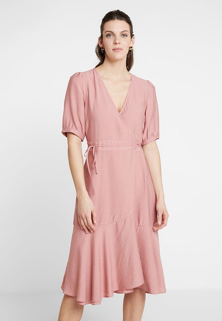 And Less - PIOLAA DRESS - Vestido informal - ash rose