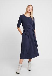 And Less - CATHERINA DRESS - Denní šaty - blue night - 0