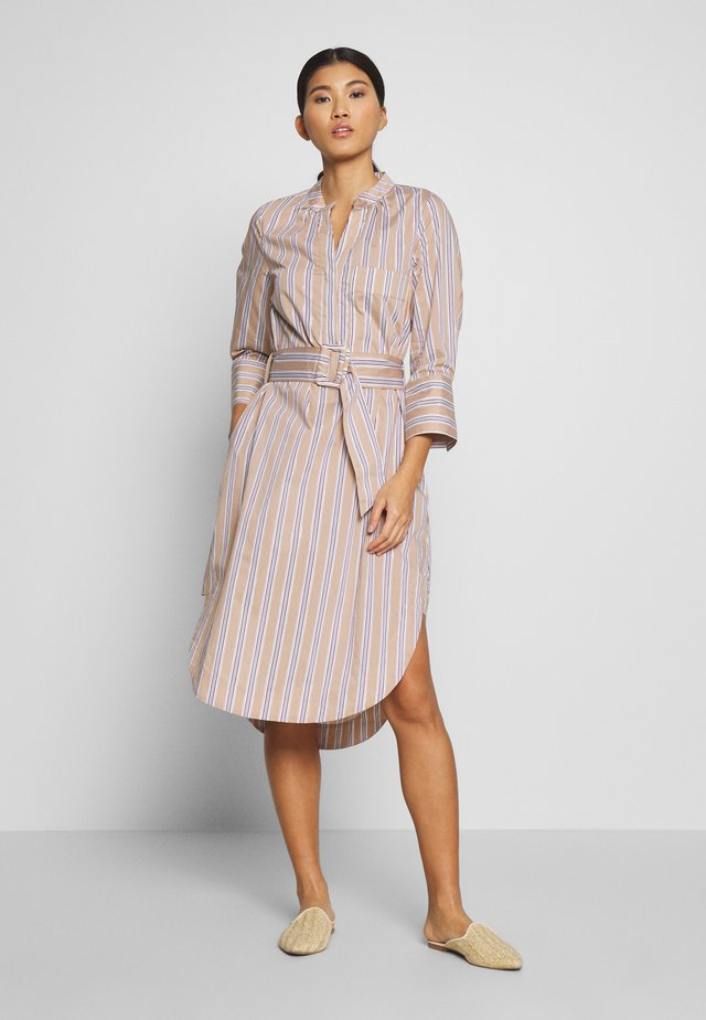 ALCAJALINE DRESS - Sukienka koszulowa - mocha mou