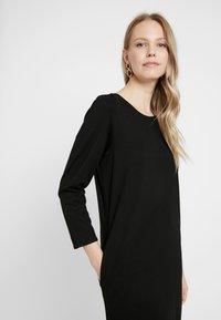 And Less - ALICEA DRESS - Žerzejové šaty - caviar - 5