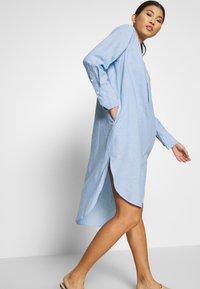 And Less - ALBANA DRESS - Košilové šaty - zen blue - 3